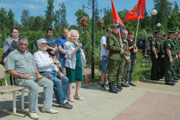 22-06-2019-3-vozlozhenie-tsv-k-mogile-neizvestnogo-soldata838AEF9F-381B-C200-0D91-E98A1D42970F.jpg